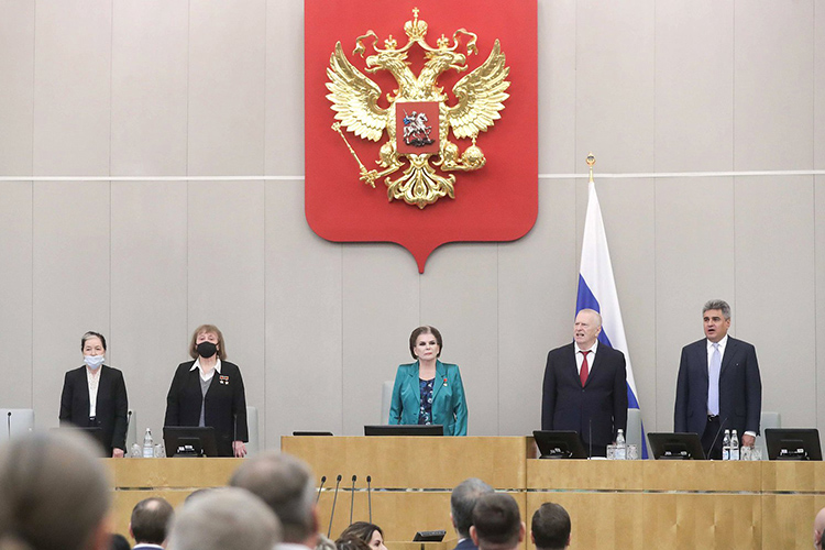 После кулуарных выступлений партийных лидеров началось первое пленарное заседание Госдумы восьмого созыва