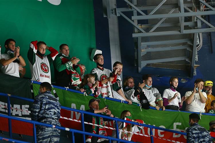 Татарстанцев загнали напоследний ряд арены инапротяжении всего матча запрещали перемещаться. ОМОН никого невыпускал ссектора