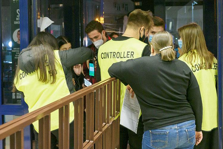УНИКС— «Бавария» стал первым матчем вКазани после ввода новых ограничений вТатарстане. Накаждом входе «Баскет-холла» стюарды вооружились мобильными приложениями «Госуслуг» исчитывали QR-коды
