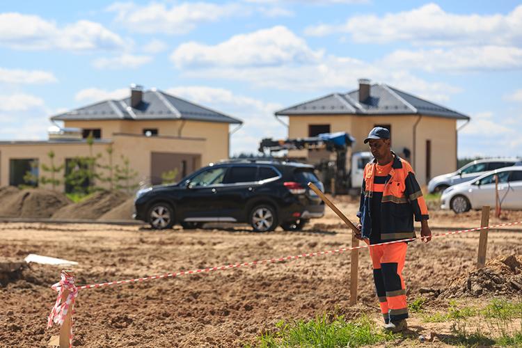 Как грибы растут коттеджные поселки. Взагородном жилье изможденные человейниками люди видят возможность поселиться вэкологически чистом месте, но с возможностью легко добраться до города
