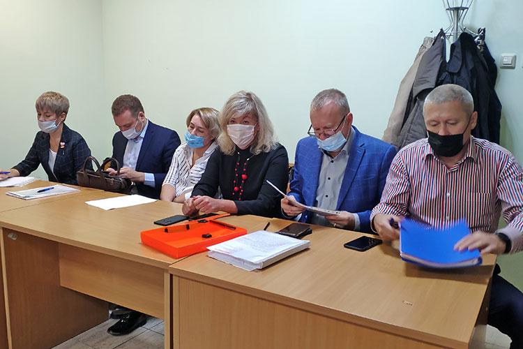 Не с первой попытки, но все же стартовал судебный процесс по делу создателя и директора сети частных детсадов «Егоза» Натальи Реснянской (третья справа)