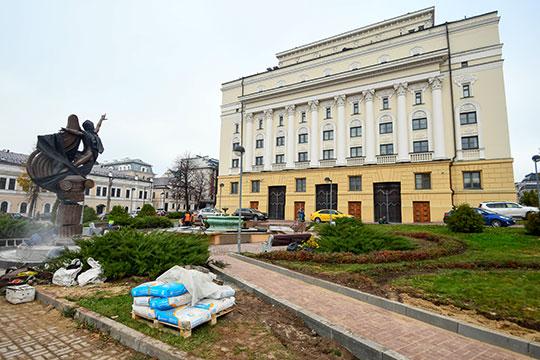 Накануне на заднем дворе оперного театра появилась долгожданная скульптураРудольфа Нуриева