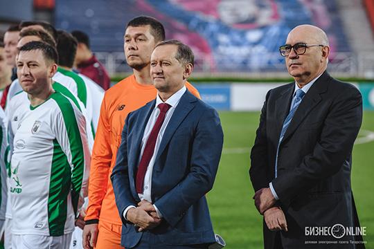 Рустему Сайманову (в центре) удалось за один год разгрузить состав, расстаться с неликвидными игроками с минимальными затратами и компенсациями, сделать клуб менее убыточным