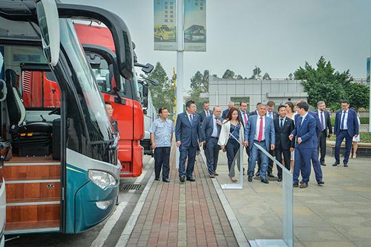 Сегодня Рустам Миннихановпосетил в Китае компанию Beiqi Foton Motor, которая занимается проектированием грузовых автомобилей, автобусов, спорткаров исельхозтехники