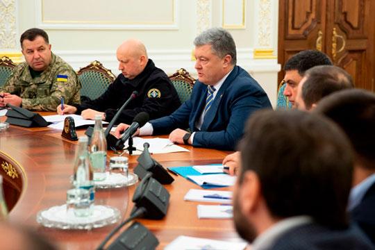 Петр Порошенкоподдержал предложение ввести всвоей стране военное положение сроком на60 суток