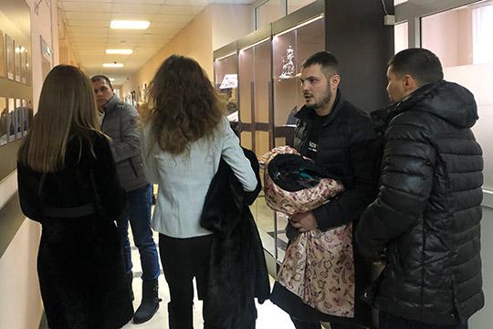 После удара судейского молотка, приставы заковали в наручники Гильванова. Его супруга начала горько плакать, вышла в коридор и еле удержалась на ногах