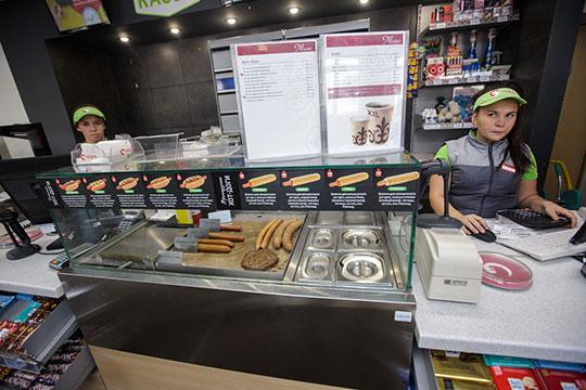 АЗС сети «Ирбис» давно делает ставку на хорошую выпечку и кофе, ради которых многие готовы сделать остановку в пути, даже если им не нужен бензин