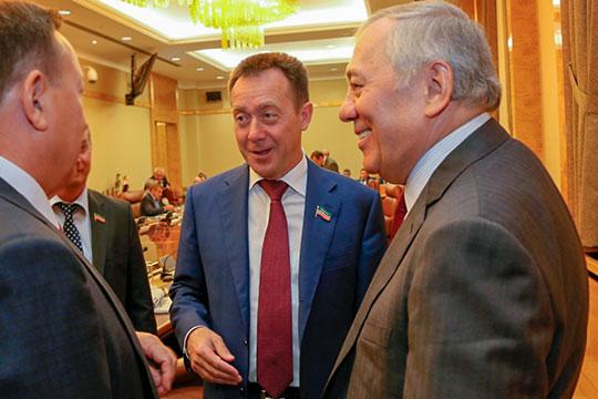 Азат Бикмурзинподписалконтракты сдвумя ключевыми компаниями-партнерами.Наобеих церемониях подписания документов присутствовал «генерал» ТАИФаАльберт Шигабутдинов