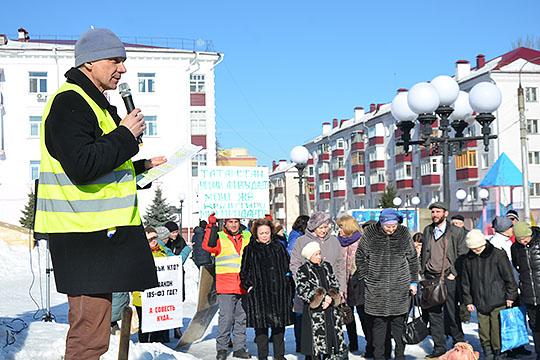 Организатор митинга Владимир Сапунов заявил, что признаком аварийности могли счесть отставшие вкомнате обои или подтекающую арматуру всанузлах