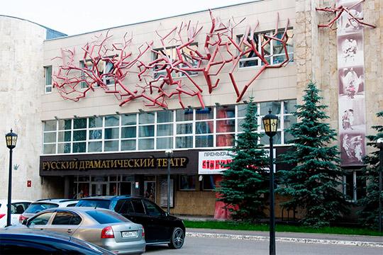 «Валентин Ярюхин попросил меня создать символ театра наздании, иясделала этокак понимала. Это красное дерево— вся сила имощь людей, которые создавали этот театр, сохранили, несмотря натрудные времена»