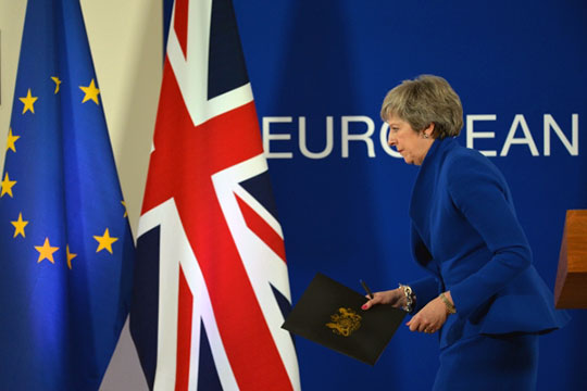 После референдума о выходе из ЕС британская элитно-бюрократическая машина со скрежетом и скрипом стала разворачиваться в указанном ей народом направлении, — пишетАлександр Виноградов