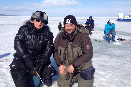 «Насколько японимаю, важнее всего для Рустама Нургалиевича возможность спокойно пообщаться ссыном, друзьями налоне природы. Хотя рыбак оночень азартный!»