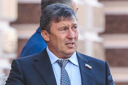 Янея, подпись немоя: отиска в897 миллионов Равиль Зиганшин пришел отбиваться лично