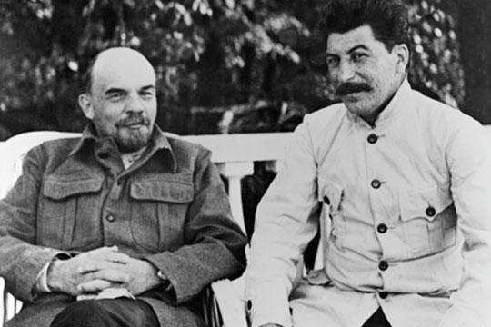 «Ленин (слева) видел дальше Сталина (справа) и главной опасностью для советского государства называл великорусский шовинизм»