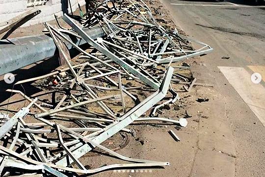Неизвестный на BMW X5 с московскими номерами наогромной скорости протаранил почти 50 метров металлического ограждения