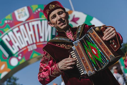 Сабантуй в Казани: «батыры-бомбардиры» от «Ак Барса», «Хор Турецкого» и главный туркмен