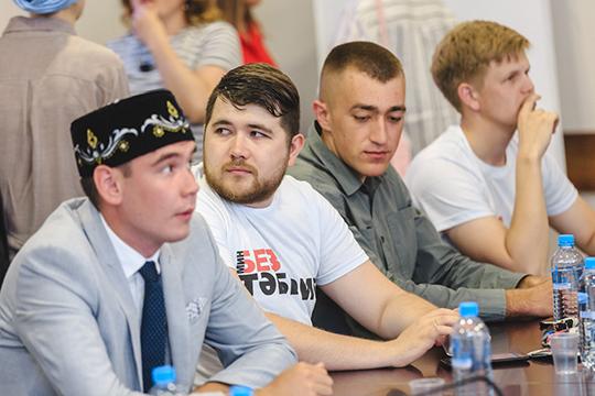 Вфутболках с надписью«Мин/Без— Тәбрис»пришли вздание ВКТ некоторыечлены совета Всемирного форума татарской молодежи