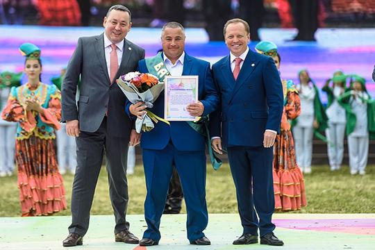 «Тем, кто выиграл, дали сертификат— сзади написано«телевизор»,— рассказал корреспонденту«БИЗНЕС Online»один изпобедителей