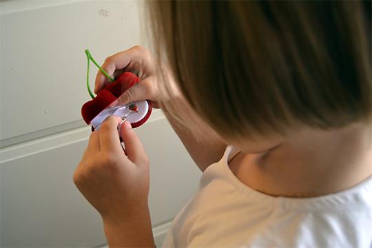 При нас Ариша разглядывала свои маленькие сережки ввиде клубничек, вертела вруках ихвасталась. Она надеется, что скоро сможет надеть ихнаоба ушка