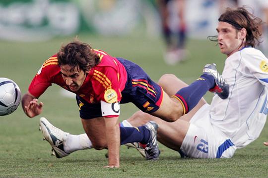 Евро-2004 — самый серьезный турнир в карьере защитника. Роман сыграл в стартовом матче на турнире против Испании и за две желтые был удален в концовке встречи
