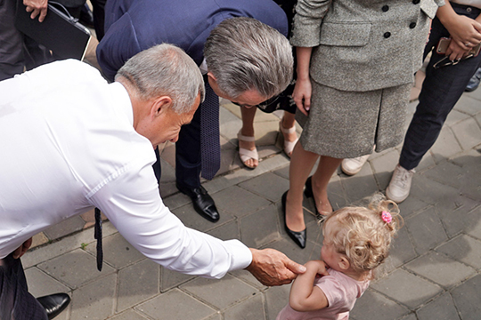 Прогуливаясь по парку, президент РТ, пообщался с молодой мамой и вместе с Виталием Леонтьевичем даже попытался успокоить ее заплакавшего ребенка