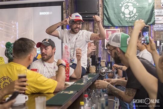 «Если пришла большая компания, то лучше считать, кто и сколько выпил, чтобы лишить официанта соблазна посчитать лишнего. Разница между 30 бокалами пива и 35 бокалами в больших компаниях, чаще всего, остается незамеченной»