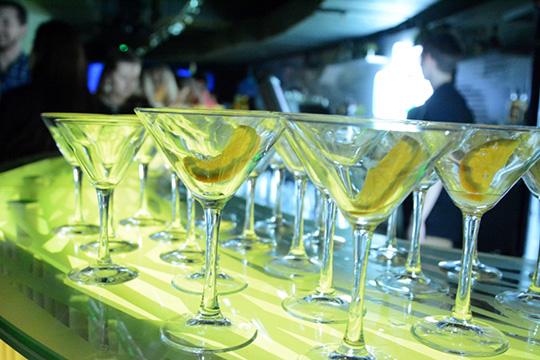«Пять человек заказали этот коктейль, в каждую позицию чуть-чуть не долилось, и получаются остатки. Их можно продать мимо кассы, можно выпить самому»