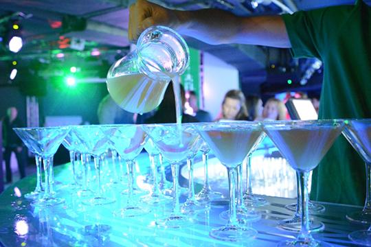 Инсайдер рассказал оработе бармена: недолив, кеш мимо кассы ичай вконьяке