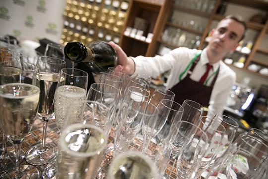 «Изалкоголя лучше заказывать вино или шампанское. Его обратно неперельешь, даипродают вина, чаще всего, бутылками»