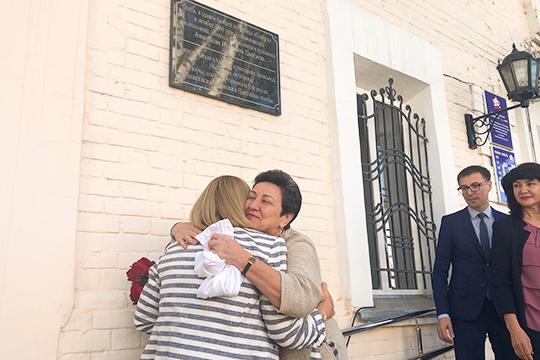 Сегодня в Елабуге у здания пенсионного фонда состоялось открытие мемориальной доски писательницы, переводчицы и художницы Анастасии Цветаевой, младшей сестры поэтессы Марины Цветаевой