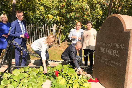 После открытия мемориальной доски приглашенные гости отправились на Петропавское кладбище. У могилы Цветаевой-старшей прозвучали стихи поэтессы, были возложены цветы