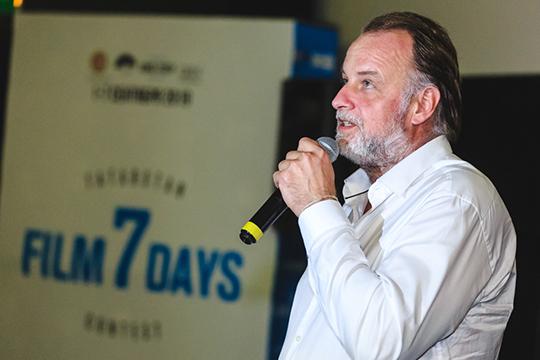 «Что касается проекта «7 дней»— это великолепная история. Язнаю продюсера Станислава Ершова— онпривез сюда съемочные группы совсего мира, которые снимали здесь кино бесплатно»