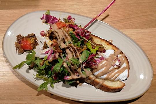 Салат со взорванной говядиной и яйцом пашот оказался похож на брускетту с фрикасе.
