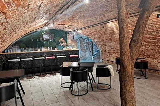 Посередине основного помещения— ствол настоящего дерева, создающий ощущение, будто оно растет прямо вздании