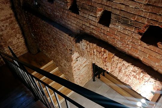 Бар находится на цокольном этаже: старинная кирпичная кладка гармонирует с недавно выложенными из светлого дерева ступенями, по которым спускаешься вниз