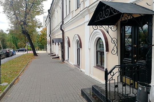 «Жизнь» расположилась по адресу Театральная, 1, в самом центре Казани близ Театра оперы и балета
