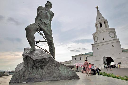 «Автор памятника — знаменитый Вучетич — однозначно требовал, чтобы монумент стоял на единый гранитной глыбе»