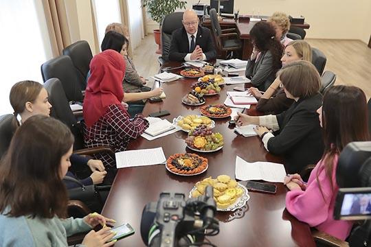 Директор Нижнекамской ТЭЦ Алексей Юмангулов побывал вновом для себя амплуа спикера, пригласив журналистов наделовой завтракпо поводу 40-летнего юбилея ТЭЦ