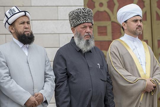 «Рахимов (на фото в центре) сказал: «Хорошо, нехотите мечеть— пусть будет просто культурный центр народов Кавказа». Спилил минареты, зачто его жестко порицали, дескать, кафир. Носмысл-то невминаретах, авдеятельности»