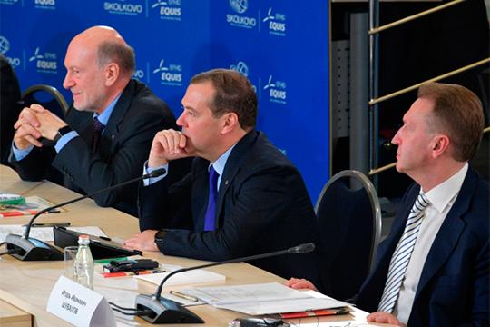 Должность Александра Волошина (слева), накоторую его назначил Дмитрий Медведев, называется скромно— «координатор Экспертного совета при Правительстве РФ»