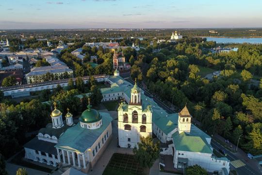 «Ярославль— город маленький, все друг друга знают втой или иной степени, всвоей тусовке. Поэтому там нельзя стать поп-звездой Ярославля, потому что все тебя знают, тывсех знаешь»