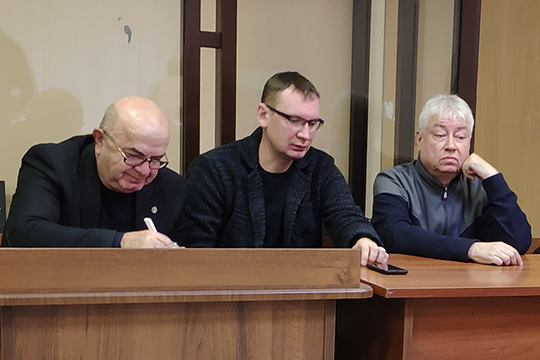 Роберт Мусин (справа), его адвокат Алексей Клюкин (в центре), адвокат Насырова Заури Читая (слева)
