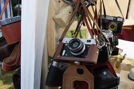 «В редакции имелось два фотоаппарата — «Зенит-ЗМ» и «Зенит-5». Мне побоялись выдать сразу в руки эту технику. Заведующий сельскохозяйственным отделом газеты Самсонов дал мне свой видавший виды аппарат «Смена»