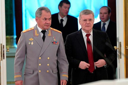 Сжившийся с генпрокурорским гнездом Юрий Чайка (справа) пока так и остался единственным отставником среди верховных силовиков