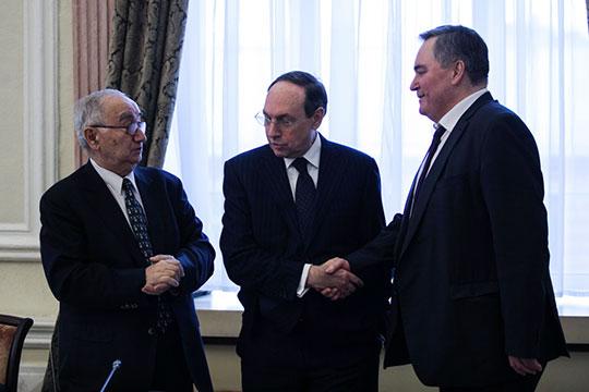 Вячеслав Никонов (в центре) заявил о необходимости переписать первую строку Конституции РФ, заменив словосочетание «многонациональный народ» на «многонародную российскую нацию