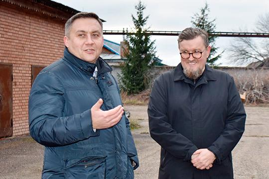 Навстрече сглавой Апасовского районаРавилем Хисамутдиновым (слева) Емшанов говорил, что запустить завод планирует уже вмае. «99 процентов сотрудников будет изАпастовского района»,—обещалон