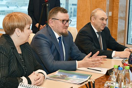 Александр Емшанов (в центре): «Для нас Татарстан является очень значимым рынком сбыта. Мы планируем расширять представленность «Ува-молоко» в региональной рознице, специально для этого подготовили новый бренд масла и сыров «Молочная фамилия»