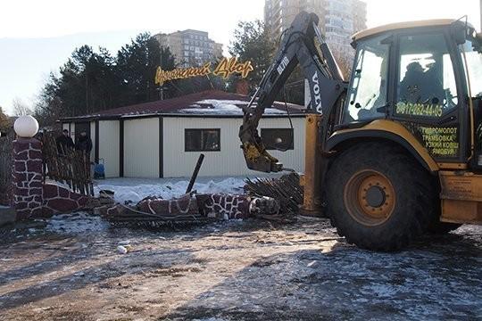«Прошли годы, я построил ресторан «Арарат» и кафе «Армянский двор» в Челнах» (на фото снос кафе в 2016 году)