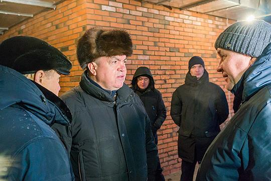 У подножия будущего театра Наиля Магдеева встречали строители компании «Евростиль», Ильнар Гайсин (справа) и замруководителя исполкома Ильмир Исхаков