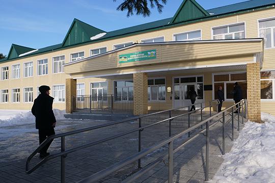 ВНижнем Алькеево депутат Госдумы впоследний раз был осенью. Как правило, прилетал сюда— насабантуй или сход села— навертолете, для которого имелось даже постоянная площадка, аименно стадион местной школы